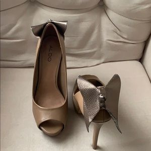 Platform pump with gold bow